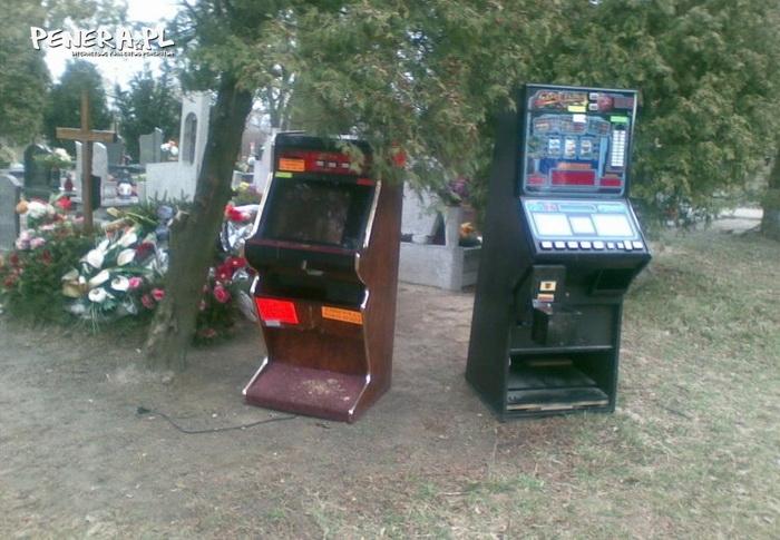 Pochowano zawziętego gracza na automatach